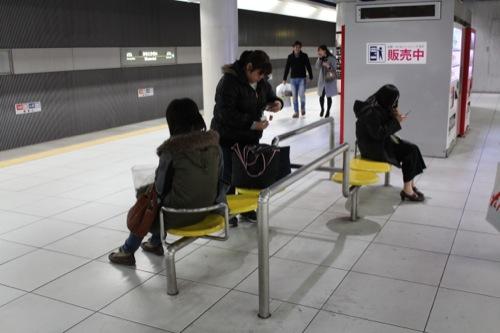 0039:みなとみらい駅舎 早川氏デザインのベンチ