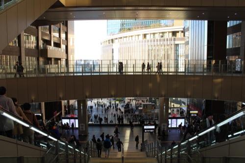 0040:大阪駅舎 ノースゲートビル「アトリウム広場」を改札階からみる