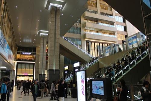 0040:大阪駅舎 ノースゲートビル「アトリウム広場」を1階からみる