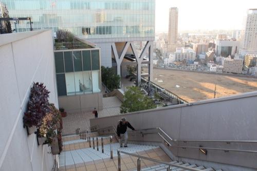 0040:大阪駅舎 ノースゲートビル 『天空の農園』への長〜い階段