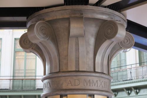 0041:JR東京駅舎 柱に刻まれた「MMXII」