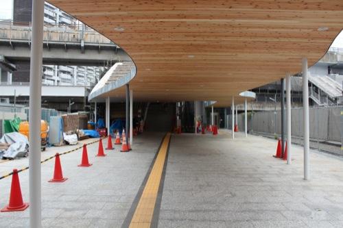 0043:新白島駅舎 柱がランダムに配置された通路屋根