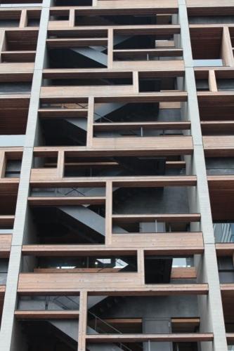 0049:木材会館 ファサードに馴染む非常階段