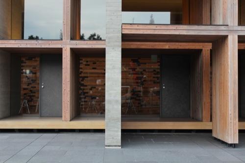 0049:木材会館 外部に張り出したヒノキ舞台