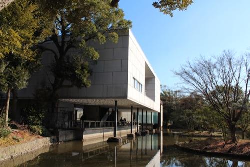 0050:神奈川県立近代美術館鎌倉館 西側から平家池越しに見る
