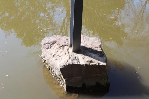 0050:神奈川県立近代美術館鎌倉館 自然石で挟み込まれた鉄骨柱