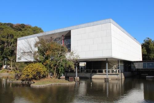 0050:神奈川県立近代美術館鎌倉館 平家池から本館を見る