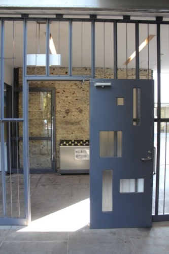 0050:神奈川県立近代美術館鎌倉館 出口扉のデザイン