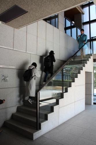 0051:神奈川県立近代美術館鎌倉別館 2階展示室へと続く階段