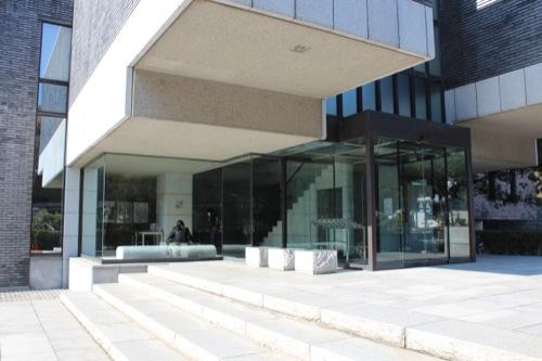 0051:神奈川県立近代美術館鎌倉別館 ガラスで仕切られたロビー