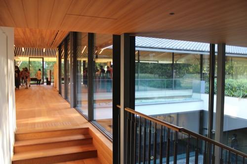 0053:竹中大工道具館新館 中庭の階段部分から1階スペースをみる