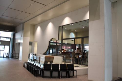 0054:京都国立近代美術館 独特な開口窓のあるカフェ