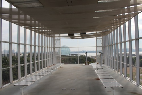 0055:葛西臨海公園レストハウス 展望ルームから見える水族園・ディズニーランド