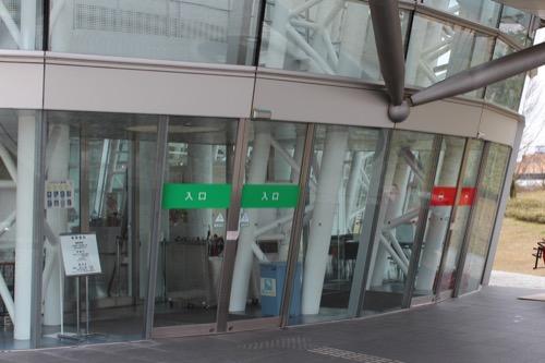 0058:福井市美術館 斜めに傾いた出入口