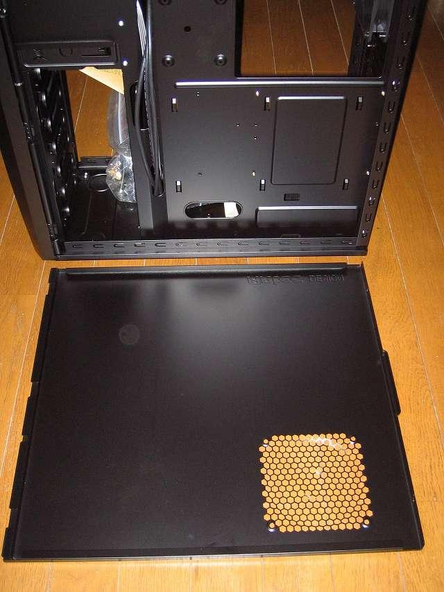 PC ケース Antec Three Hundred Two AB サイドパネル(裏配線側)取り外したところとサイドパネル