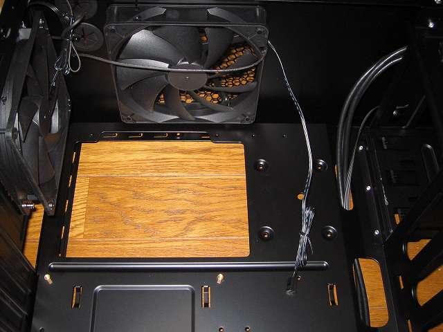 PC ケース Antec Three Hundred Two AB マザーボードベース、大型 CPU カットアウト、2.5インチデバイス用ネジ穴 4か所