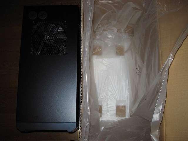 PC ケース Antec Three Hundred Two AB ケースを持ち上げ、梱包箱から取り出したところ