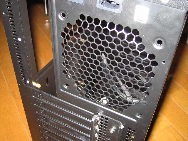 PC ケース Antec Three Hundred Two AB TwoCool リアファンを取り外した後の PC ケースバック部分