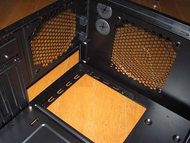 PC ケース Antec Three Hundred Two AB TwoCool トップ・リアファンを取り外した後の PC ケース内部