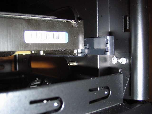 PC ケース Antec Three Hundred Two AB フロントファン ネジ位置の確認 PC ケース内部(3.5インチドライブベイ側) 最下段に HDD を取り付けた状態