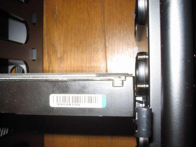 PC ケース Antec Three Hundred Two AB フロントファン ネジ位置の確認 PC ケース内部(3.5インチドライブベイ側) 最下段から 3番目に HDD を取り付けた状態