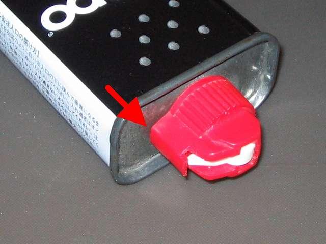 ハクキンベンジンを空になった Zippo オイル缶に詰め替え補充、Zippo 133ml オイル缶と注入口キャップの隙間