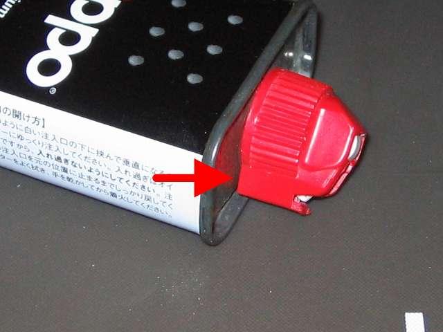 ハクキンベンジンを空になった Zippo オイル缶に詰め替え補充、Zippo 133ml オイル缶の注入口キャップを回した後のオイル缶と注入口キャップとの隙間