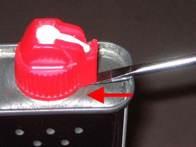 ハクキンベンジンを空になった Zippo オイル缶に詰め替え補充、Zippo 133ml オイル缶と注入口キャップの隙間にマイナスドライバーを差し込んだところ