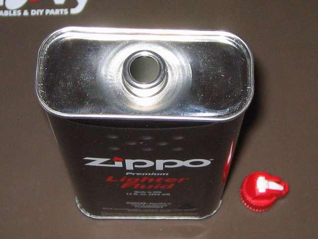 ハクキンベンジンを空になった Zippo オイル缶に詰め替え補充、Zippo 355ml オイル缶から注入口キャップを取り外したところ