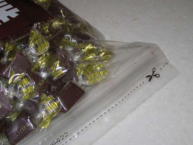 寺沢製菓 ビターチョコレート 1kg 開封用切り取り線とチャック付