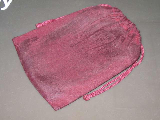 汗で磨耗したハンディウォーマー収納用ベロア巾着袋