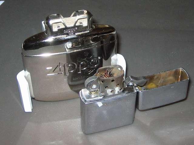 Zippo ハンディウォーマー & オイルセット ZHW-15 注油後、バーナーを取り付け、タンクを斜めに持ち、マッチかライターの炎を上から 3~5秒間プラチナ触媒にあてる(実際にはプラチナ触媒には火はつかず、発熱作用のきっかけを作る熱を与える為の点火)