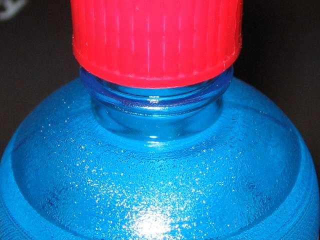 ハクキンカイロ用 ハクキンベンジン 500ml を使って注油するときは、キャップの二段締めのネジの中間にあるストッパーまで緩めて注油する。使用後はキャップを完全に締める
