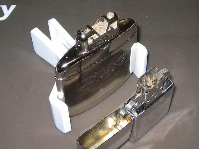 Zippo ハンディウォーマー & オイルセット ZHW-JF、注油後、バーナーを取り付け、タンクを斜めに持ち、マッチかライターの炎を上から 3~5秒間プラチナ触媒にあてる(実際にはプラチナ触媒には火はつかず、発熱作用のきっかけを作る熱を与える為の点火)