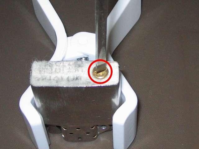 Zippo ライター メンテナンス、インサイドユニット底部のネジをマイナスドライバーかコイン(1円硬貨)で回し外す