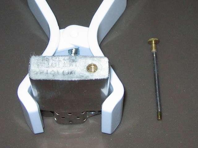 Zippo ライター メンテナンス、インサイドユニット底部のネジを取り出したところ