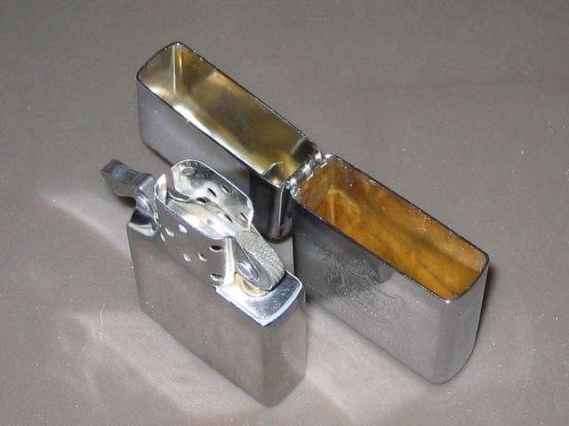 Zippo ライター メンテナンス、綿棒が入ってた空ケースと Zippo オイルで漬け置きしたインサイドユニットとライターケースを綿棒を使い、隅々まで汚れを落としてきれいになったインサイドユニットとライターケース