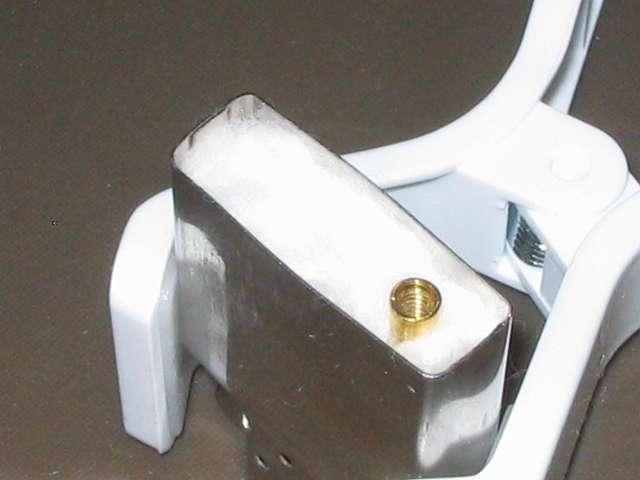 Zippo ライター メンテナンス、入れ終わった芯とチューブ部分にほぐしたコットン綿球2個分を詰め込む(チューブ部分にコットン綿球を詰め込むのは入れたコットン綿球の詰め込み量調節のため)、使用したコットン綿球(リーダー コットン球 10mm)は計10個分