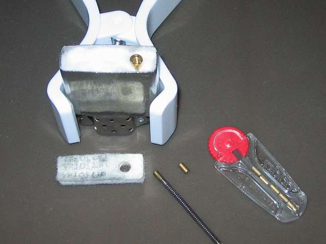 Zippo ライター メンテナンス、芯と綿が詰め終わったらフェルトパッドをして、新しいフリントを1個取り出してチューブに入れる