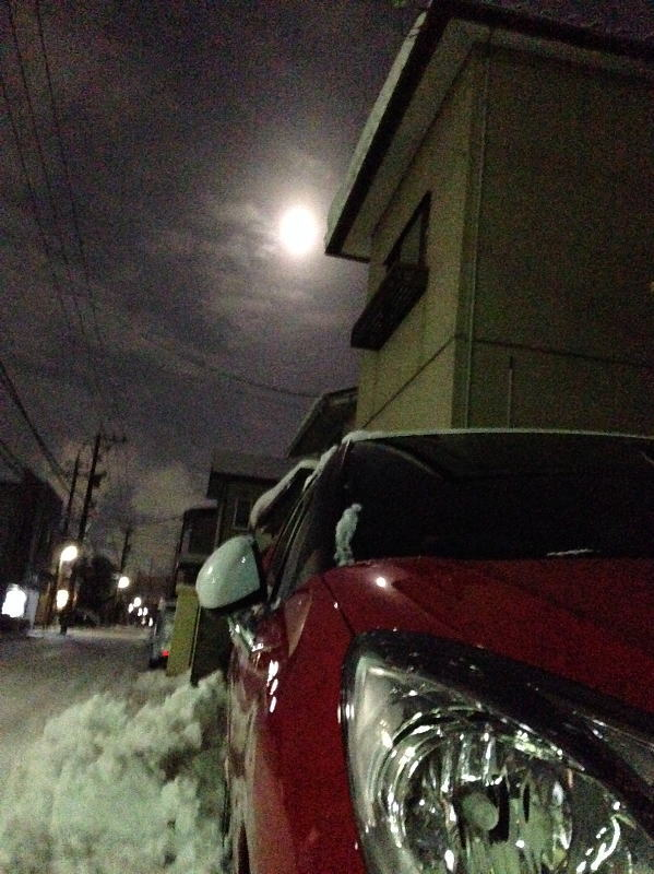凍える夜の月