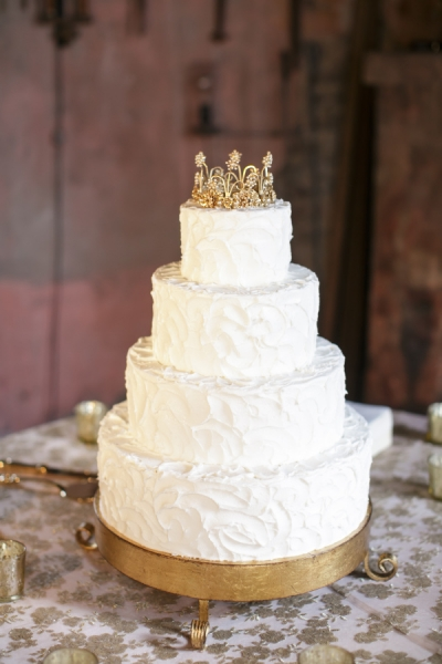 white-wedding-cake-with-gold-crown-topper_201512141738460fa.jpg