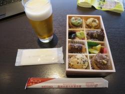 東京肉むす 羽田空港 空弁 サクララウンジ