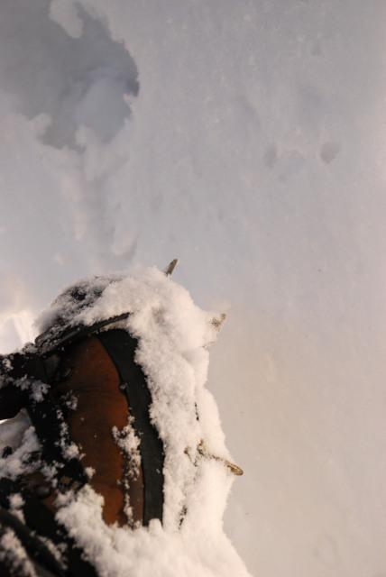 アイゼンを装着した登山靴
