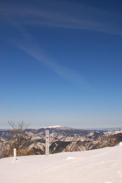 三室山山頂_正面に氷ノ山が見える