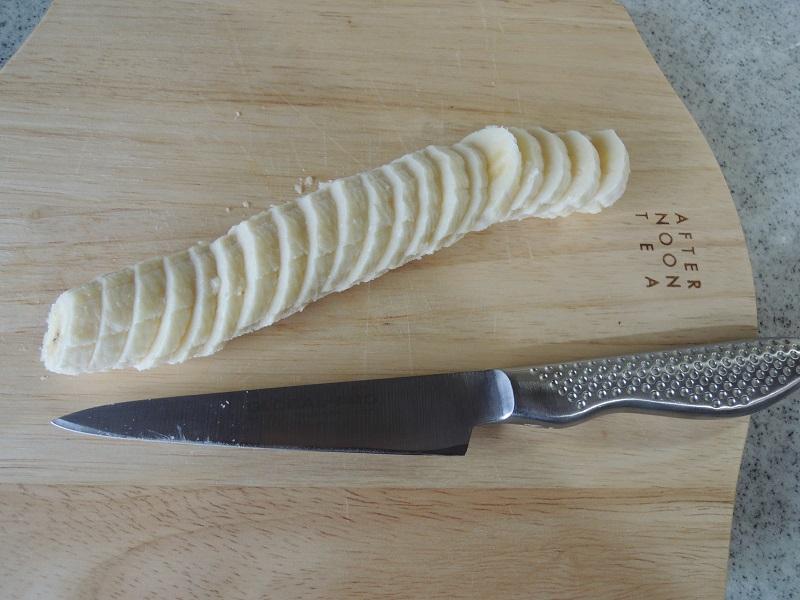 上に飾るバナナを切ります