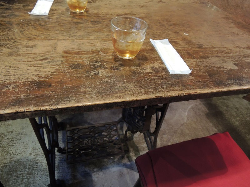 テーブルは元ミシンでした