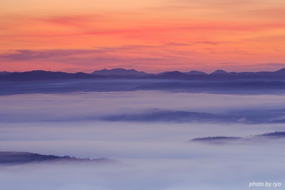 霧の低い、雲の多い、強い光の日の出の日に_5