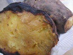 [写真]三郎さんが差し入れてくれた熱々の焼いも