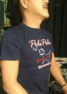 [お客様からの写真]男性のお客様がネイビーのポレポレTシャツを着ているところ