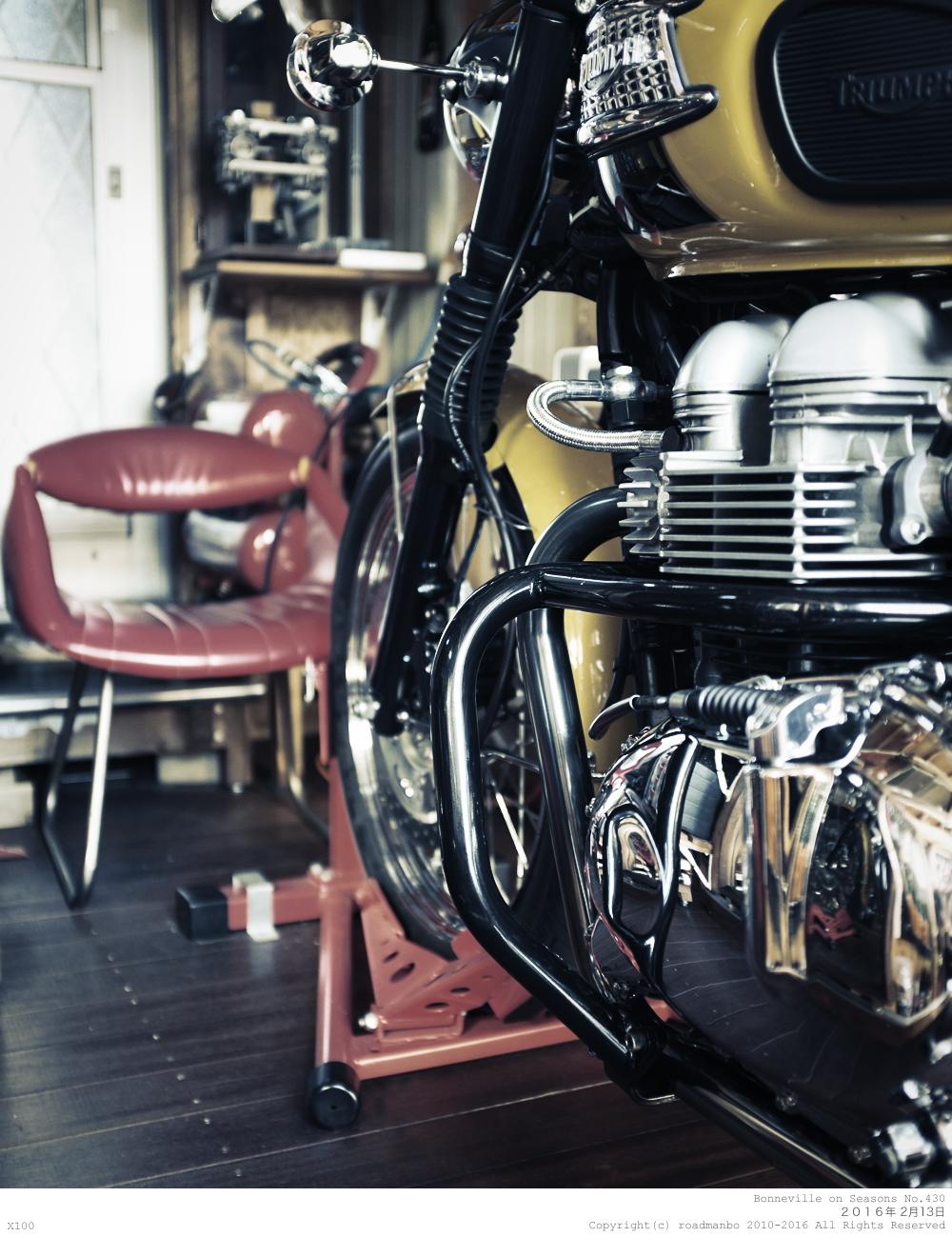 ボンネビル寸景 #430: 休みの日にはコーヒーを淹れてガレージで過ごす。